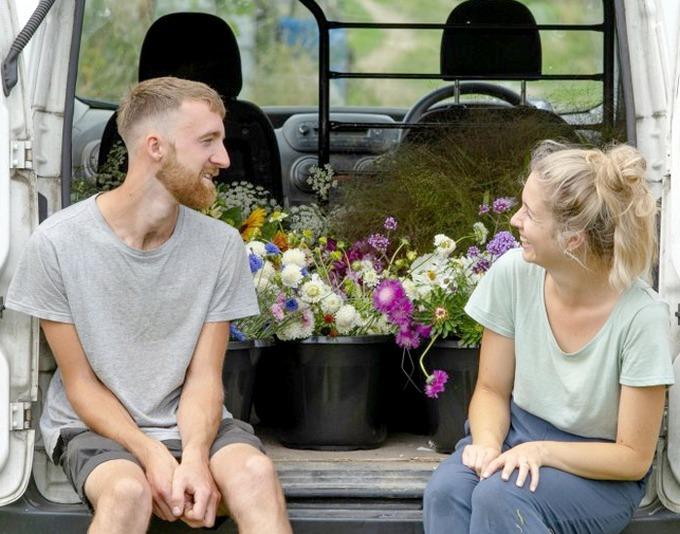 Tyler Morrison, thợ mộc vàAimee, thiết kế đồ họađều 25 tuổi, đến từ Salisbury, Wiltshire, Anh đã có 9 năm gắn bó trước khi về một nhà. Uyên ươngkhông có kinh nghiệm làm vườn nhưng vẫn quyết thuê một mảnh đất để trồng hoa cho đám cưới của mình.