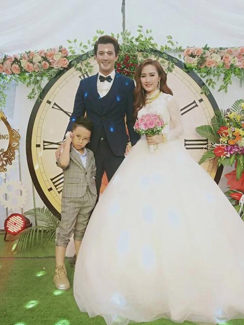 Hà Việt Dũng và Hồng Nhung trong đám cưới ở Hòa Bình.