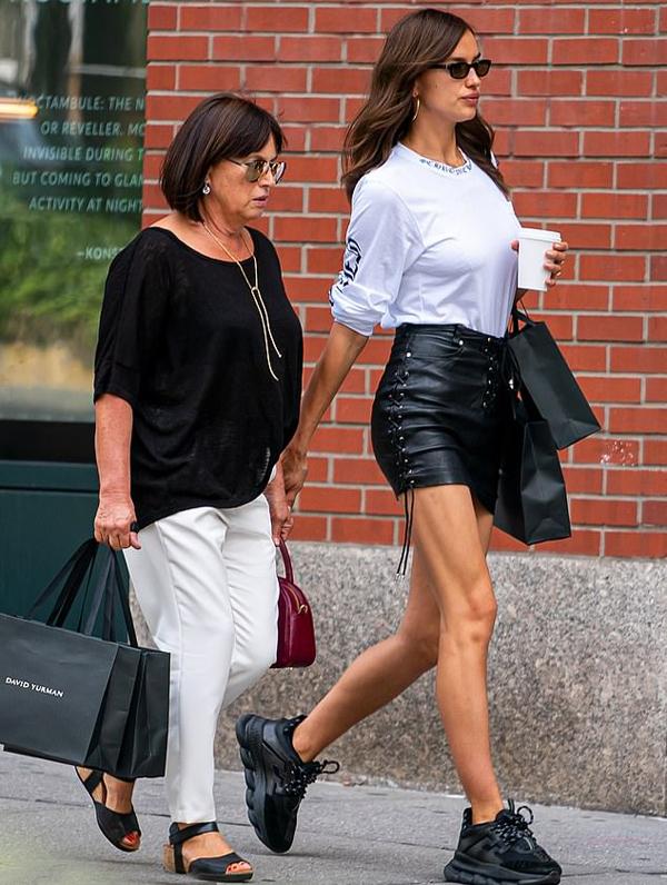 Irina đi mua sắm ở New York cùng mẹ. Con gái Lea của cô hiện được bố - tài tử Bradley Cooper - chăm sóc.