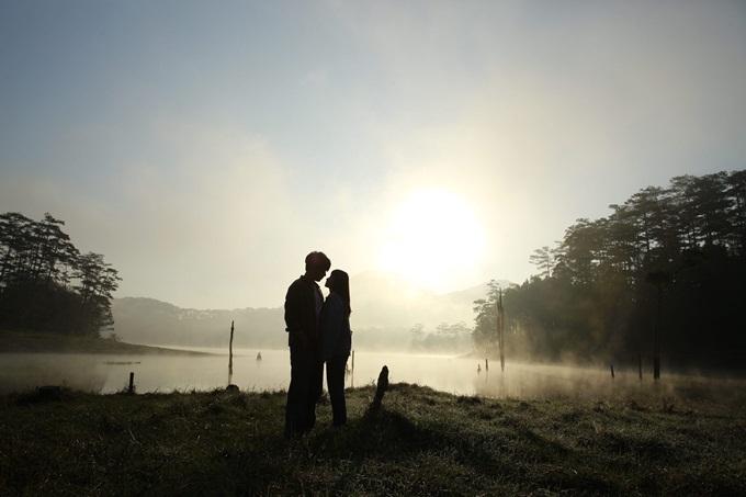 Một khoảnh khắc lãng mạn của hai nhân vật chính.