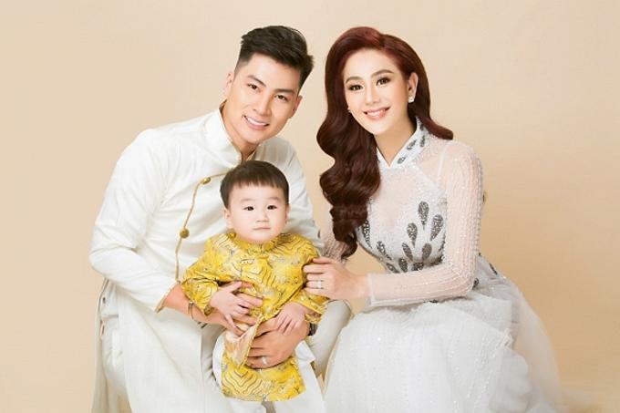 Gia đình hạnh phúc của ca sĩ chuyển giới Lâm Khánh Chi.