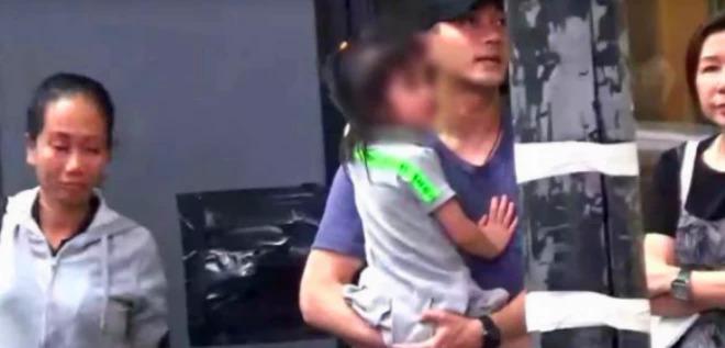 Lưu Khải Uy dành trọn thời gian cho con gái, trong khi vợ cũ mê mải chạy show.