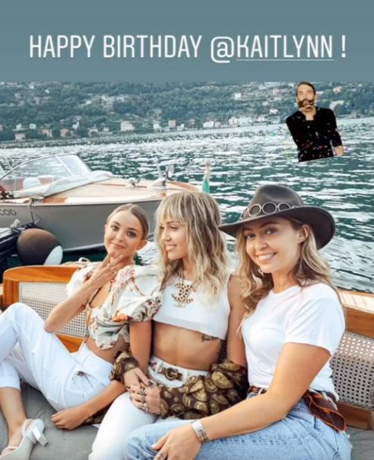 Chị gái Miley (bên phải) đăng ảnh đi chơi Italy với Kaitlynn kèm theo lời chúc mừng sinh nhật.