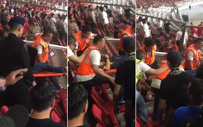 Một CĐV Malaysia được cáng ra khỏi sân vì bị thương nặng.