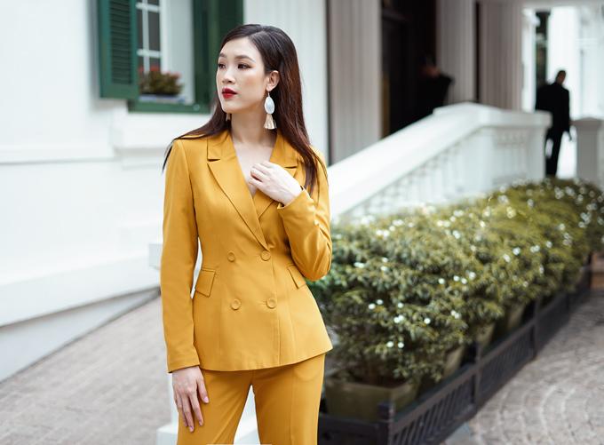 Loạt trang phục mà bà mẹ hai con diện trong bộ ảnh street style đều mang tính ứng dụng cao, phù hợp thời tiết Hà Nội mùa thu.