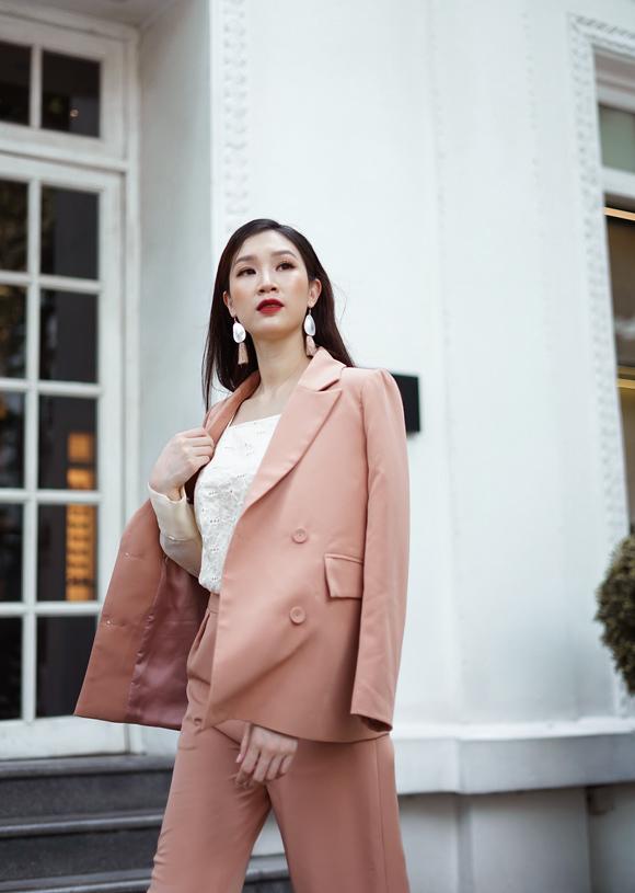 Phí Thùy Linh sinh năm 1988, từng lọt vào top 10 Hoa hậu Việt Nam 2010. Sau nhiều năm không hoạt động nghệ thuật để tập trung chăm lo tổ ấm, năm ngoái cô nhờ bạn thân - Hoa hậu Ngọc Hân - tư vấn khi tham gia thi Hoa hậu Áo dài và may mắn giành được  vương miện. Bà mẹ hai con tâm sự, danh hiệu không làm thay đổi cuộc sống của cô mà chỉ giúp cô thêm tự tin về chính mình.