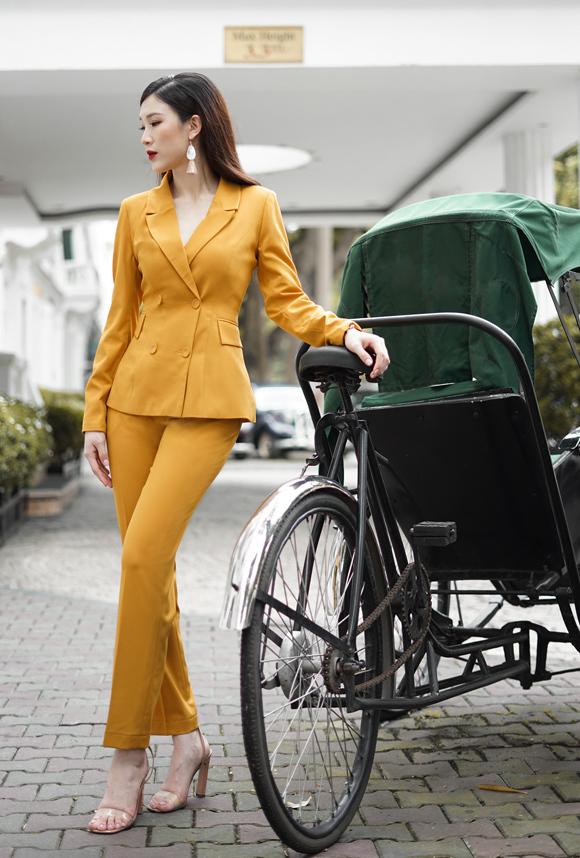 Đoạt danh hiệu Hoa hậu Áo dài 2018 nhưng Phí Thùy Linh không hoạt động showbiz nhiều như các người đẹp khác. Cô vẫn làm việc cho một thương hiệu mỹ phẩm Nhật Bản ở vị trí chuyên gia đào tạo hơn 10 năm qua. Do tính chất và môi trường làm việc, cô thường chọn những bộ cánh công sở phù hợp với vóc dáng nhưng vẫn đảm bảo nét thanh lịch.