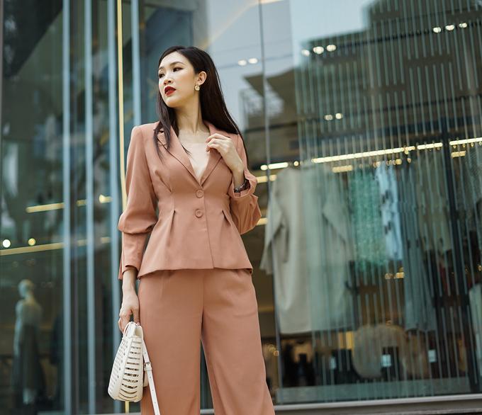 Nếp gấp khéo léo phần eo và chi tiết cách điệu ở tay áo giúp bộ suit trở nên mềm mại, nữ tính hơn, đồng thời tạo đường cong cho cơ thể.