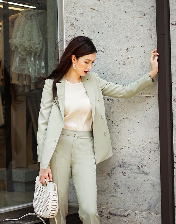 Bên cạnh đó, áo vest mở cúc mix kèm sơ mi cổ tròn cũng là lựa chọn an toàn đối với đa số chị em văn phòng.