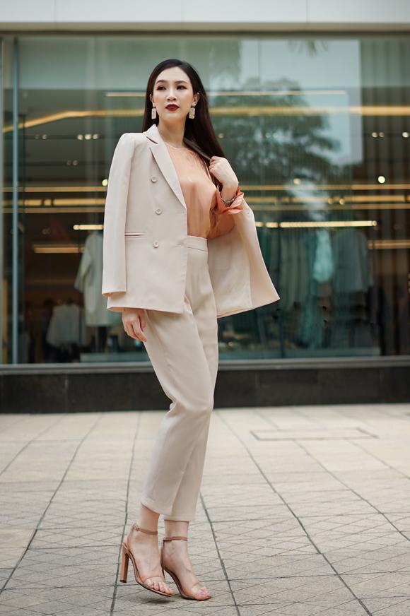 Khi muốn thổi nét kiêu kỳ lên diện mạo, phái đẹp có thể choàng hờ blazer thay vì mặc hẳn vào như thường lệ.