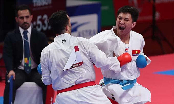 Minh Phụng (phải)kiên cường thi đấu trong trận chung kết karate hạng 84kg của nam ở Asiad 2018. Ảnh: Đức Đồng.