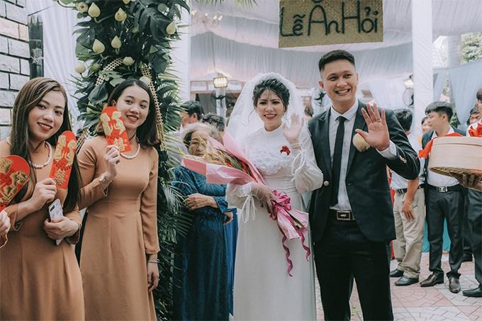 Vợ chồng Minh Phụng trong lễ ăn hỏi hồi tháng 7. Ảnh: FBNV.