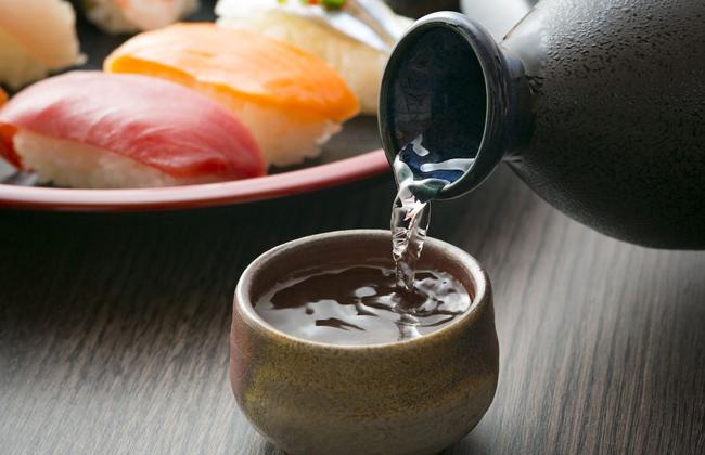 Sake rất thích hợp với các đồ ăn sống như sashimi hay sushi.