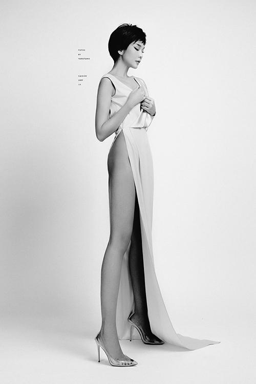 Siêu mẫu Thanh Hằng diện váy xẻ tà cao tôn dáng đôi chân dài miên man. Cô là một trong số những người đẹp có đôi chân dài nhất showbiz Việt.