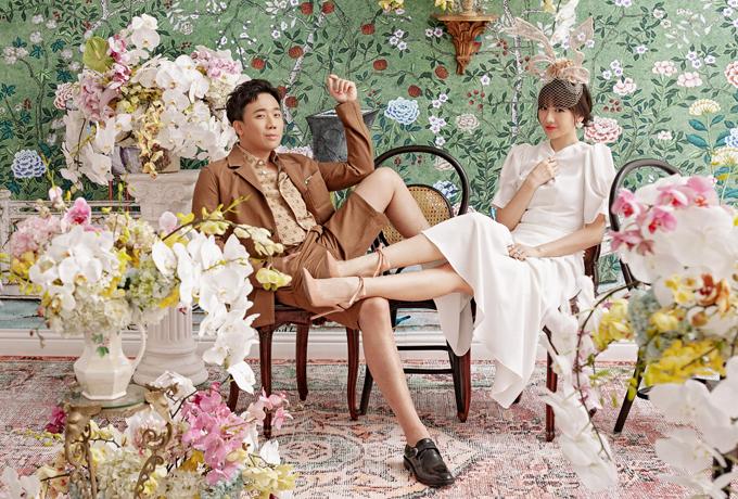 Trấn Thành chọnphong cách thời trang lãng tử, cá tính còn Hari Won muốn hóa quý cô thanh lịch, cổ điển khi chụp ảnh đôi.