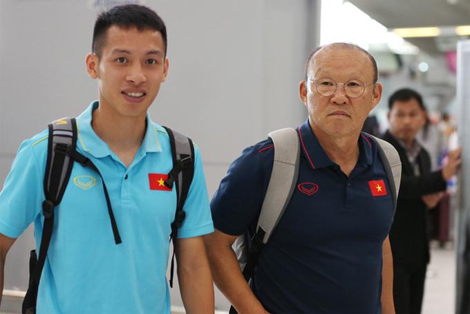 LV Park Hang-seo cùng trợ lý Lee Young-jin đáp chuyến bay sang Trung Quốc hội quân cùng U22 Việt Nam, chuẩn bị cho trận giao hữu với đội bóng của HLV Guus Hiddink ba ngày sau đó. Trong số các cầu thủ của đội tuyển, nhà cầm quân người Hàn Quốc chỉ mang Nguyễn Tiến Linh đi cùng.
