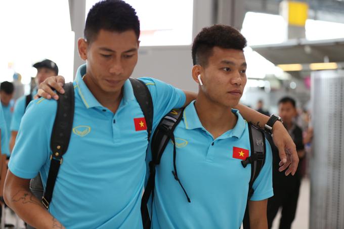 Văn Thanh sau đó khoác vai thủ môn Tuấn Mạnh đi trong sân bay.