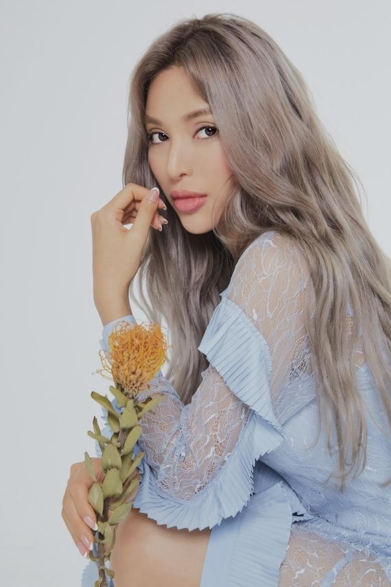 Khả Trang ở lại Hàn Quốc thực hiện một vài dự án nghệ thuật sau khi chiến thắng cuộc thi Tìm kiếm người mẫu thế giới và trở thành Đại sứ Liên hoan phim Hàn - Trung.