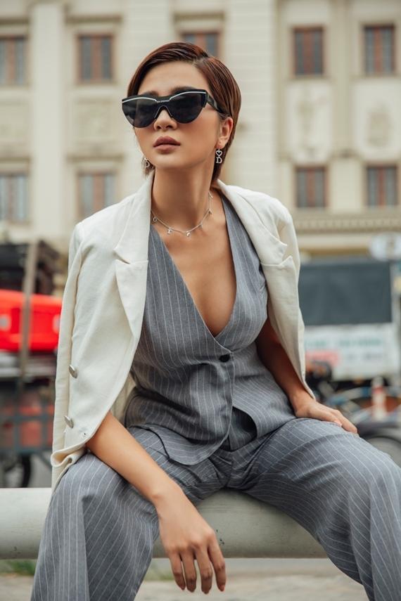 Kim Tuyến gợi ý phối đồ theo phong cách menswear. Nữ diễn viên kết hợp áo gile xẻ ngực và quần ống rộng họa tiết kẻ sọc.