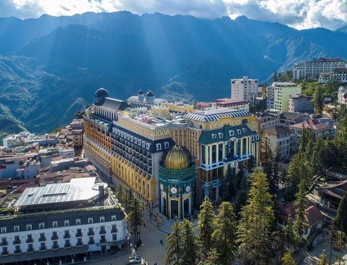 Trong đó, CNN nhận định sự xuất hiện của khách sạn mới nhất và được xếp hạng 5 sao quốc tế đầu tiên đang nâng tầm diện mạo Sa Pa.
