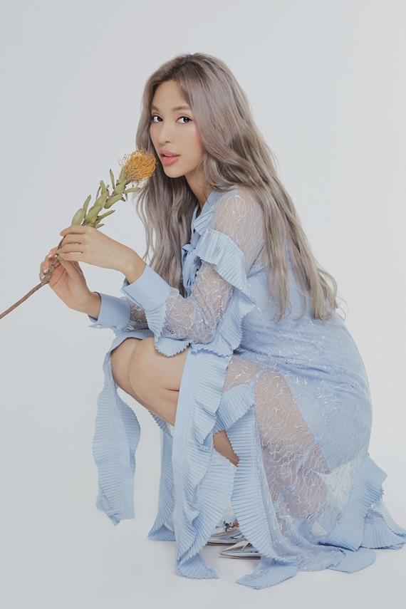 Siêu mẫu bất ngờ theo đuổi phong cách nhẹ nhàng, nữ tính khi chụp ảnh cho tạp chí BNT của Hàn Quốc. Nhiều ngôi sao của xứ sở kim chi từng xuất hiện trên tờ báo này: Suzy, Yoona, Song Hye Kyo, Kim Tae Hee...