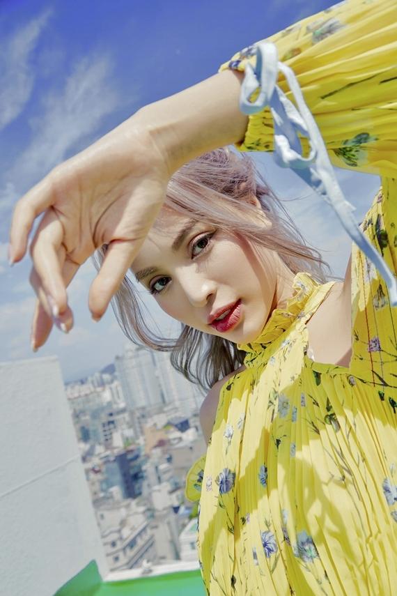 Phong cách trang điểm nhẹ nhàng kiểu Hàn Quốc tôn lên đường nét ngọt ngào trên gương mặt của Khả Trang.