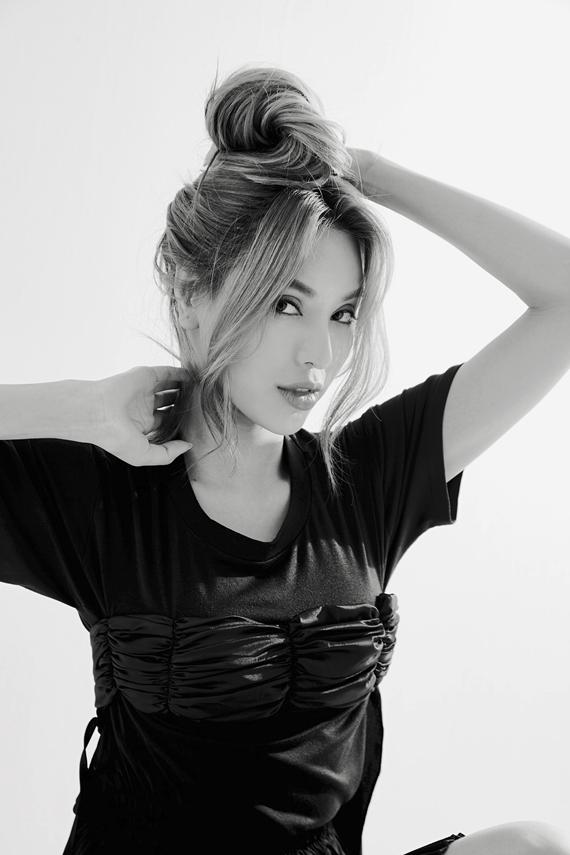 Khả Trang khoe vẻ đẹp sắc sảo, cá tính trong các bức ảnh trắng đen.
