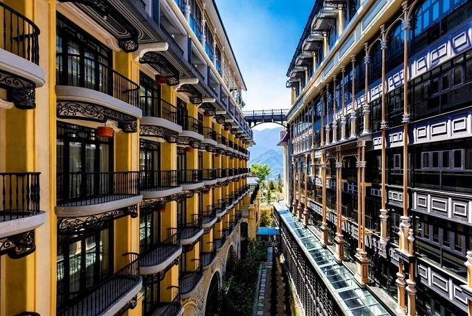 Nội thất của khách sạn với 249 phòng đều gắn kết chặt chẽ, thể hiện câu chuyện thú vị về phong cách kiến trúc Pháp và văn hóa bản địa Sa Pa độc đáo.