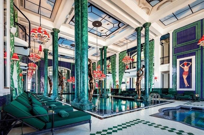 Một trong những điểm nổi bật nhất của khách sạn là spa trong nhà và hồ bơi có tên Le Grand Bassin, thiết kế như một cảnh trong bộ phim của đạo diễn Wes Anderson. Khách sạn cũng tạo ấn tượng với phòng họp rộng 435m2 và câu lạc bộ dành cho trẻ em.
