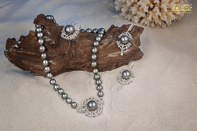 Thương hiệu trang sức ngọc trai Long Beach Pearl là sự lựa chọn của các nhà thiết kế Việt như Đỗ Mạnh Cường, Lê Thanh Hòa, Võ Công Khanh, Adrian Anh Tuấn... trong các show thời trang.