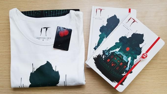 Áo thun và sổ tay Gã hề ma quái 2 dành tặng độc giả Ngoisao.net.