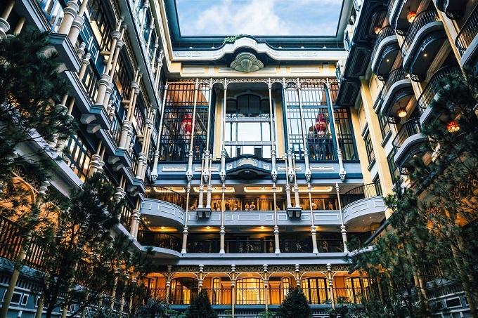 Hotel de la Coupole - MGallery từng làm mưa làm gió tại Việt Nam thời gian qua ngay sau khi khai trương, được xem là điểm du lịch phải đến khi nghỉ dưỡng tại Sa Pa. Đây là tác phẩm mới nhất của phù thủy resort Bill Bensley dành cho tập đoàn Sun Group. Khách sạn này cũng liên tục xuất hiện trên trang bìa các tạp chí hàng đầu về du lịch và nhanh chóng dành các giải thưởng danh giá ngay sau khi đi vào hoạt động.