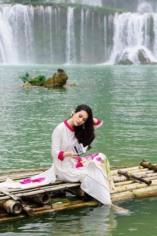 Á hậu Hoàng My thư thái tận hưởng tiết trời trong lành, khung cảnh nên thơ ở thác Bản Giốc, Cao Bằng.