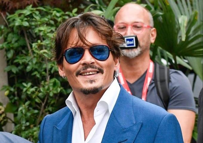 Johnny Depp cười tươi với khán giả tại LHP Venice.
