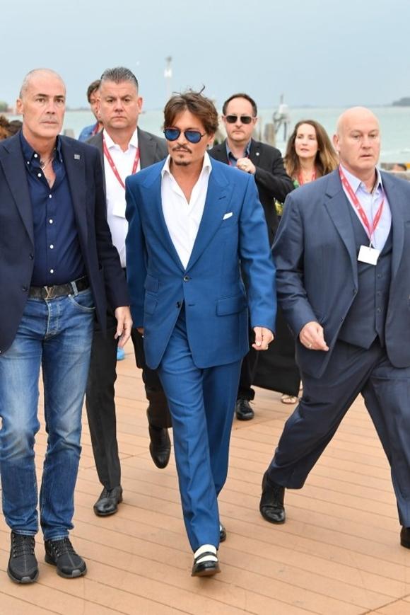 Dàn vệ sĩ hộ tống Johnny Depp tại sự kiện.