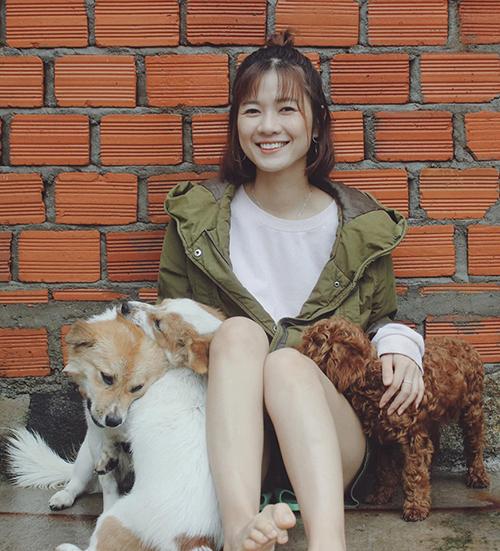 Khoảnh khắc bình yên của diễn viên Oanh Kiều bên chó cưng ở thung lũng Đà Lạt.