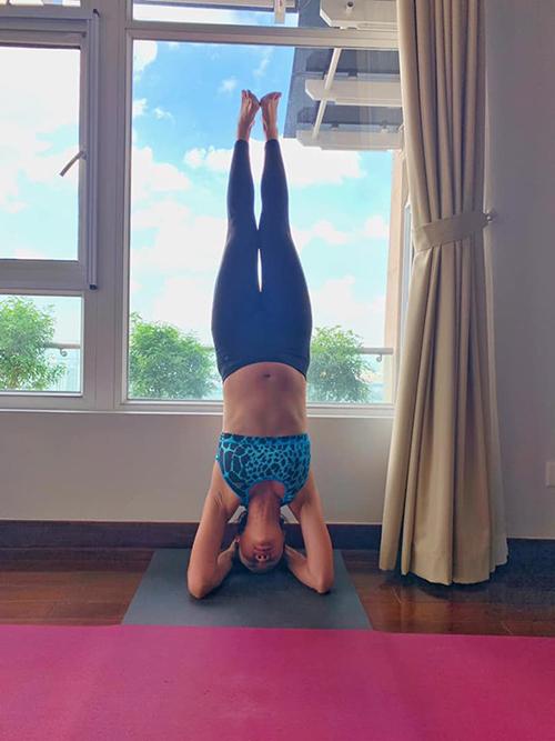 Đang mang thai ở tuần thứ 28, Phương Mai vẫn tập yoga đều đặn mỗi ngày. Cô thậm chí còn thực hiện tư thế khó như trồng cây chuối. Nữ MC dí dỏm bình luận: Người ta trồng chuối như cây chuối, em thìtrồng chuối như con đuông dừa.