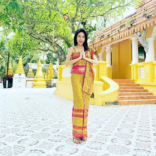 Thủy Tiên đến thăm chùa Láng Cát ở Kiên Giang. Nữ ca sĩ cho biết: Chùa Láng Cát, một di tích lịch sử 500 năm của quốc gia được nhà nước công nhận. Đất của chùa do ông Sơ của Tiên hiến đất xây dựng.