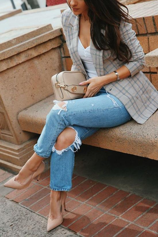 Vest kẻ sọc ca rô, vest màu trung tính là các trang phục dễ hòa hợp với những kiểu jeans xanh cổ điển, jeans đen quen thuộc.