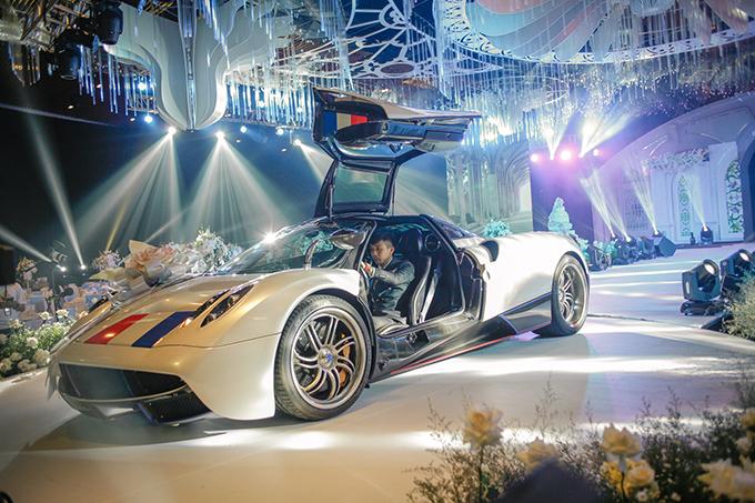 Xe được đổi từ màu cam nguyên bản sang màu trắng, kết hợp với chữ ký của Minh Nhựa bên hông cùng một số điểm nhấn màu đỏ và xanh.Vì là dịp đại hỷ nên siêu xe còn được trang trí thêm hoa. Mẫu siêu xe Huayra đến từ Italycó thể tăng tốc 0-100 km/h trong 2,8 giây trước khi đạt tốc độ tối đa 383 km/h. Pagani Huayra được chế tác thủ công hoàn toàn, thân xe được ép bằng sợi carbon nguyên khối.