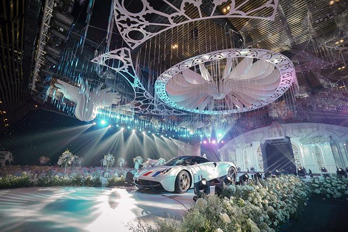 Phần trần của sảnh tiệc được chú trọng, tạo vẻ lộng lẫy, xa hoa. Ngoài ra, ekip còn tạo nên sảnh riêng ở lễ đường để trưng bày chiếc siêu xePagani Huayra, có giá trị ước tính 80 tỷ đồng của đại gia Minh Nhựa.