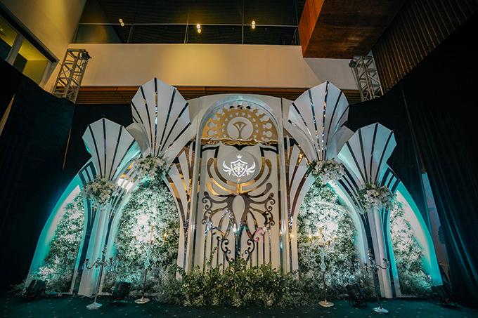 Khu vực photobooth được thiết kế giống tòa lâu đài trên không với những vật liệu trang trí cao cấp. Ekip đã sử dụng hoa hồng trắng để kiến tạo nên không gian như chốn bồng lai tiên cảnh, phù hợp với sở thích của cô dâu Minh Anh.