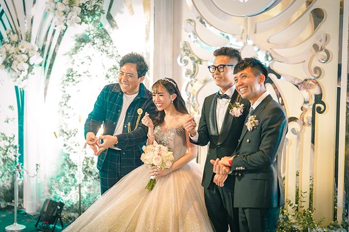 Tối 8/9, cô dâu Minh Anh và chú rể Tâm Nguyễn đã tổ chức đám cưới ở khách sạn hạng sang ở TP HCM. Uyên ương chụp hình cùng bố cô dâu - đại gia Minh Nhựa (bìa phải) và Trấn Thành (bìa trái).