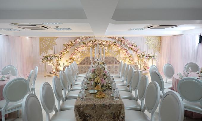 Lễ đón dâu được cử hành ở dinh thự gia đình Minh Nhựa ở quận 6, TP HCM. Toàn bộ tư gia được trang trí với tông trắng theo sở thích của Minh Anh.