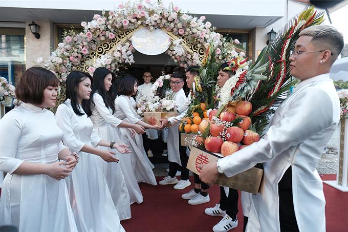 Dàn phù dâu - bạn thân của Minh Anh cũng diện áo dài giống nhân vật chính.