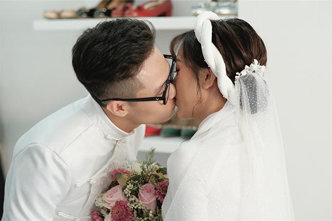 Chú rể trao nụ hôn ngọt ngào tới vợ trong ngày đại hỷ.
