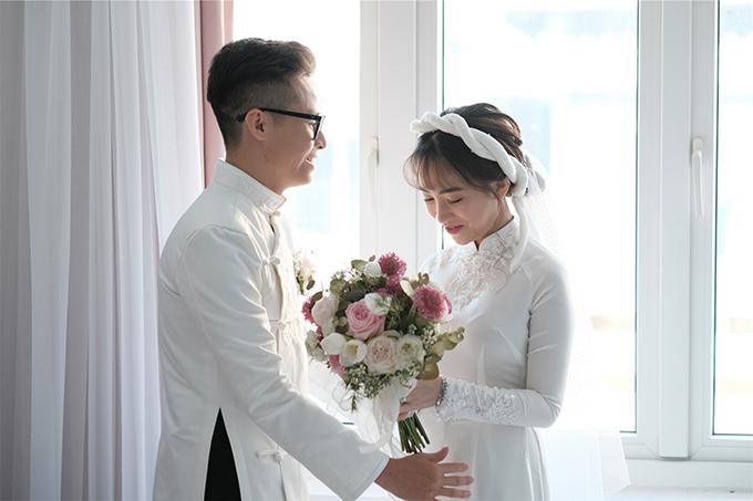 Cô dâu diện áo dài lụa trắng muốt truyền thống đến từ NTK Phạm Đăng Anh Thư. Mẫu áo được đính ngọc trai làm điểm nhấn nơi cổ, tôn nét mảnh mai, trong trẻo của cô dâu.