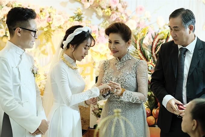 Ông bà của cô dâu đều xúc động khi ngắm nhìn cháu gái trở thành cô dâu và là người trực tiếp chăm sóc Minh Anh từ nhỏ, ủng hộ cháu gái trong mọi việc.