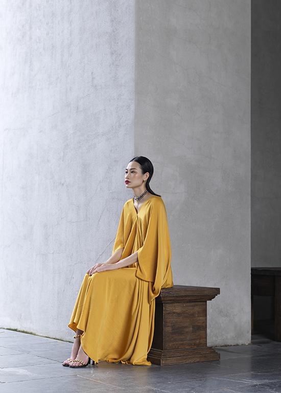 Người mẫu Thanh Trúc Trương là nhân vật đầu tiên xuất hiện trong bộ ảnh quảng bá cho show diễn của Adrian Anh Tuấn.