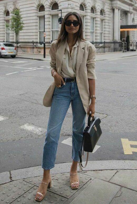 Phép cộng giữa sơ mi, vest, jeans ống ôm. túi đeo chéo, sandal cao gót luôn mang đến kết quả đáng mong đợi. Set đồ không gây khó khăn trong quá trình mix-match và dễ áo dụng cho chị em văn phòng.